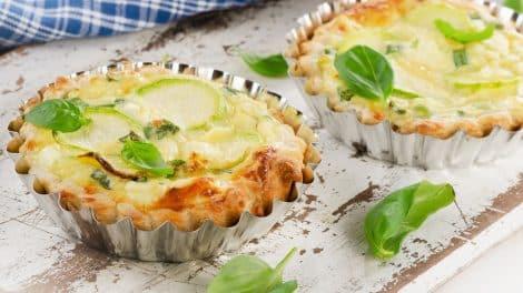 Appétissante Tarte salée aux courgettes, yaourt et fromage, parfaite en apéritif