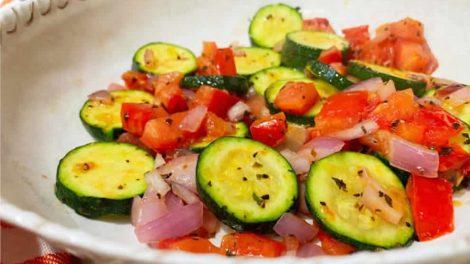 Courgettes poêlées à la sauce tomate, un accompagnement savoureux