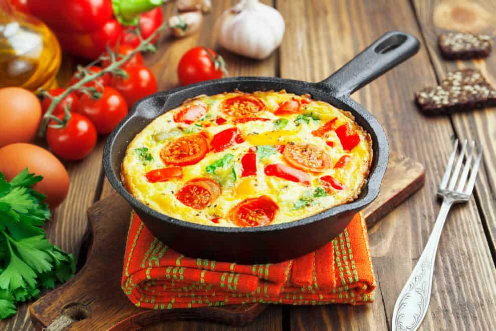 Omelette soufflée Légère au four avec tomates cerises et basilic