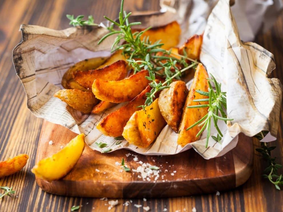 Pommes de terre au four croustillantes à l'extérieur et moelleuses à l'intérieur