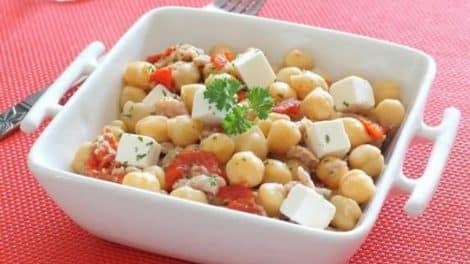 Salade de pois chiches et thon, fraîche et délicieuse