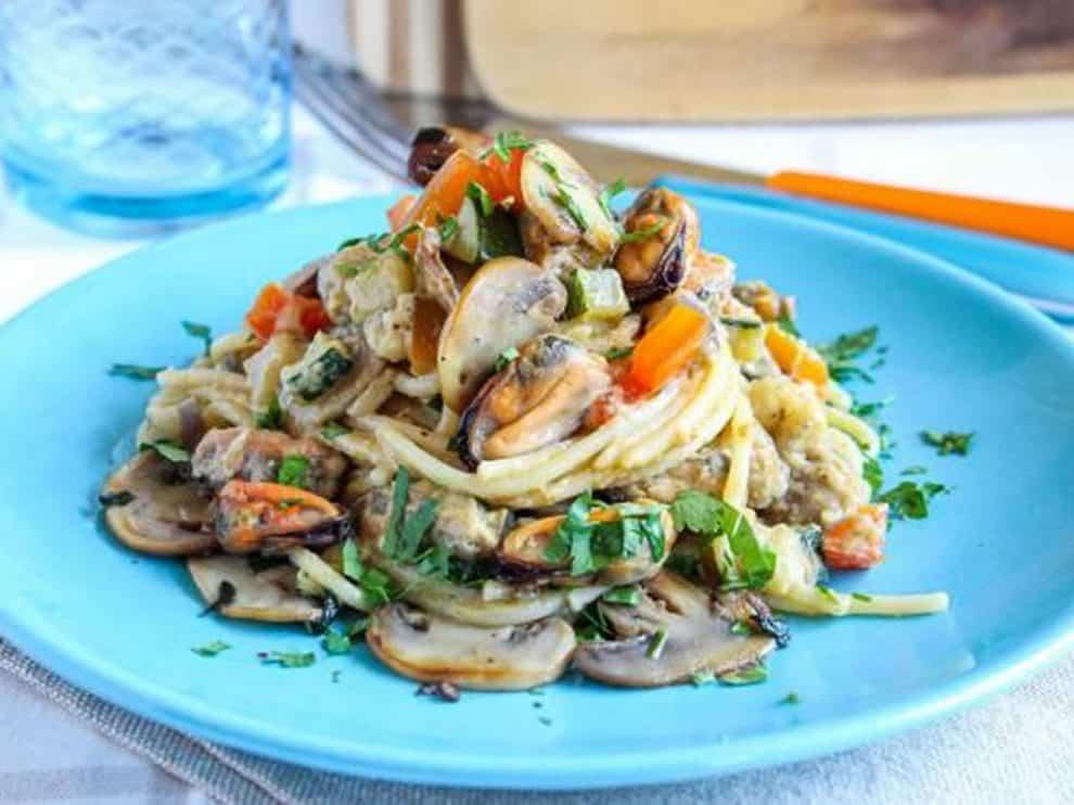 Spaghetti à la crème de champignons, légumes variés et moules